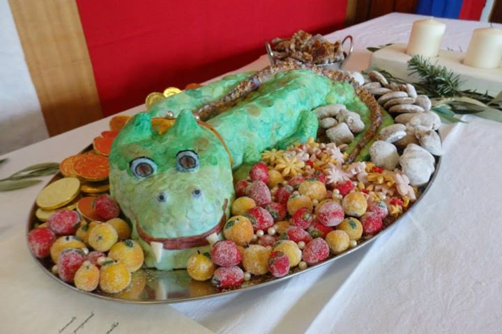 The dragon 'Brian' was made from iced sugarplate. Soteltie and photo by Lady Fionnabhair inghean ui Mheadhra.