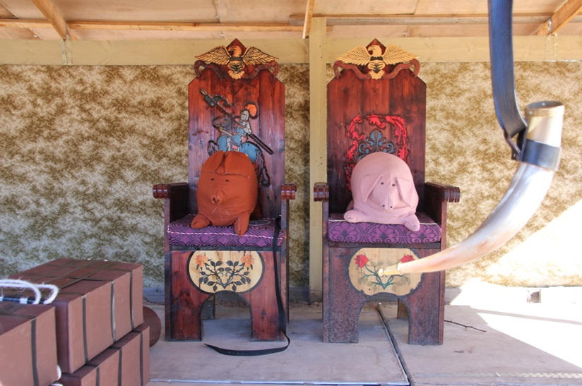 War props by Lord Ranif Pallesser and thrones by Lord Terence of Radburne. Photo courtesy of Helen