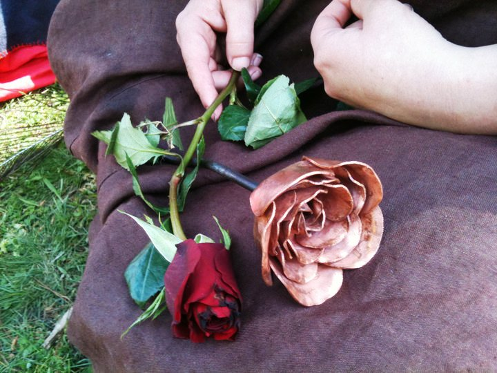 Lady Alesia holding the roses that Lord Kitan won for her in La Prova di Amore I. Photo by Lady Ceara Shionnach.